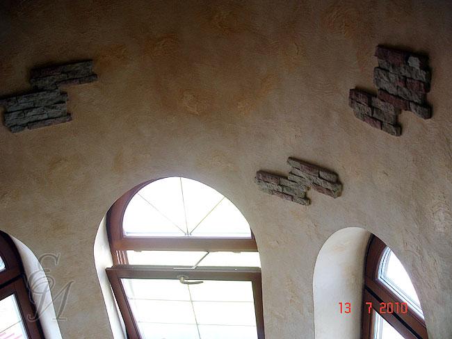 Нанесение декоративной штукатурки под камень в интерьере